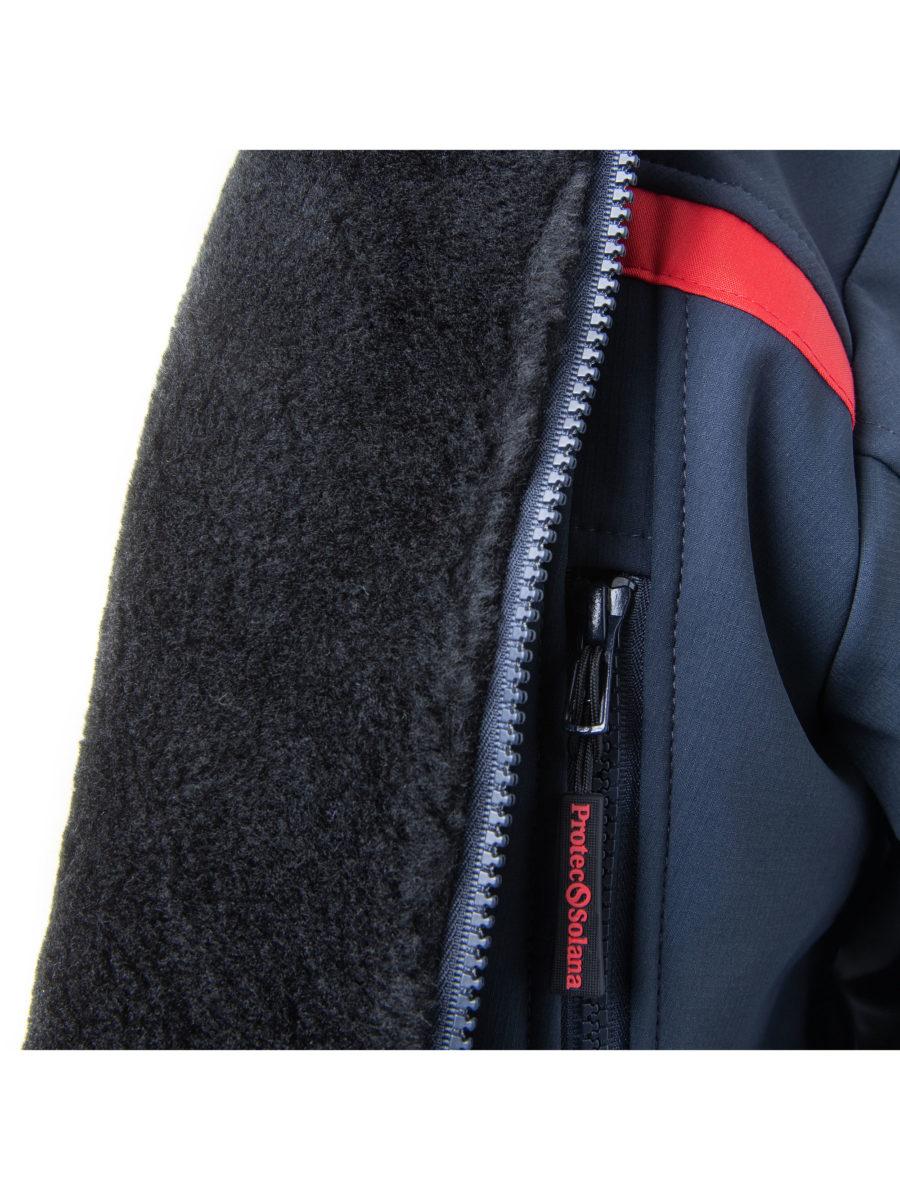 detalle chaqueta polar banda roja